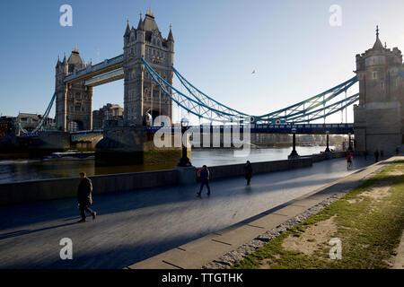 El 5 de marzo de 2019, la gente paseando por el Puente de la Torre de Londres.