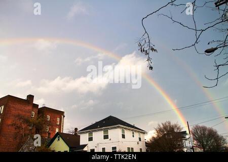 Ángulo de visión baja de doble arco iris en el cielo contra