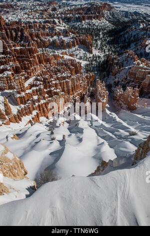 Un alto ángulo de visualización de formaciones rocosas en Bryce Canyon National Park durante el invierno
