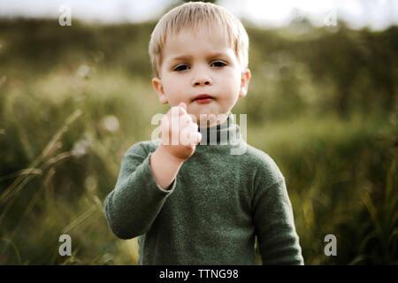 Retrato de un pequeño muchacho bonito jugar afuera durante los meses de verano