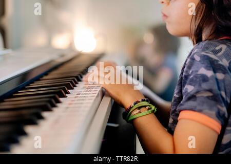 Vista recortada de niños jugando en un elegante piano keyword