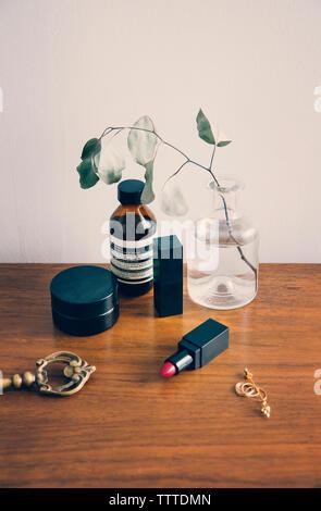 Un alto ángulo de visualización de productos de belleza sobre la mesa de madera