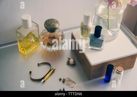 Un alto ángulo de visualización de productos de belleza con joyas en la mesa
