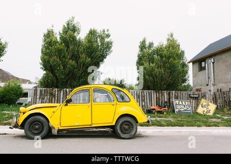 Taxi amarillo y señales en la calle en la ciudad de el Chalten