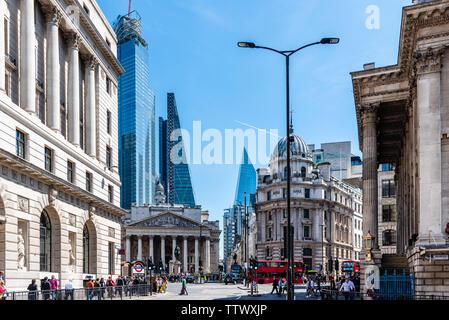 Londres, Reino Unido - 14 de mayo de 2019: Paisaje Urbano del distrito financiero, cerca del Banco de Inglaterra un día soleado Foto de stock