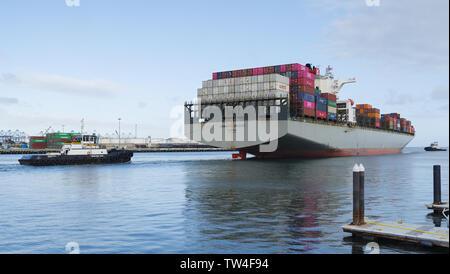 Imagen que muestra un buque portacontenedores Hamburg Bridge partiendo desde el Puerto de Los Angeles.