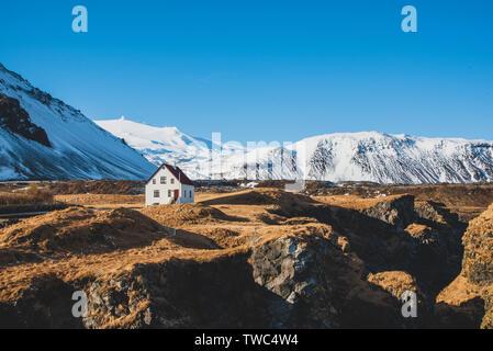 Casa aislada cerca del puerto de Arnarstapi en Islandia Foto de stock