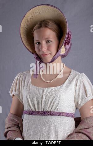 Regency mujer vestido de crema en el studio telón de fondo Foto de stock
