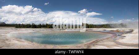 Panorama de la piscina azul turquesa, cerca de Grand Prismatic Spring, Yellowstone, EE.UU.