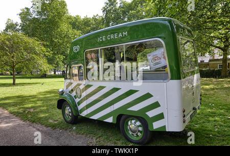 Londres, Reino Unido, junio de 2018. Una camioneta de helados vintage The Birdcage Walk.