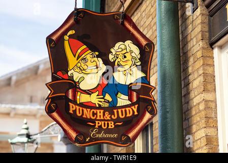 Londres, Reino Unido - 14 de mayo de 2019: signo de un típico pub inglés en el Covent Garden District . Foto de stock