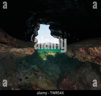 Dentro de una pequeña cueva en la orilla del mar, vista dividida por la mitad y bajo el agua, el mar Mediterráneo, España, el Port de la Selva, Costa Brava, Cataluña