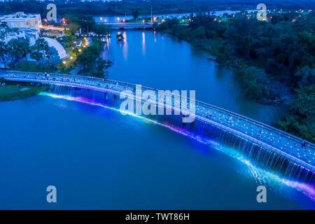 La ANH Sao (Starlight) Bridge está situado en el corazón del distrito financiero y comercial internacional de Phu My Hung. Es el primero de los modernos p