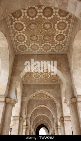 Adornados Decoración de techo en la Mezquita de Hassan II en Casablanca, Marruecos