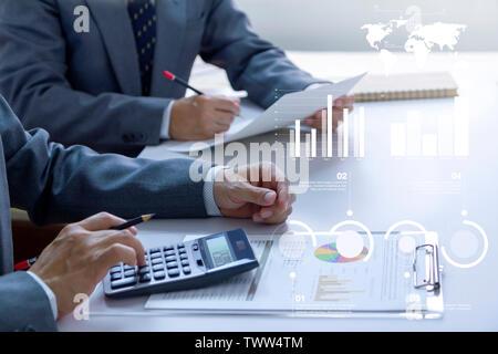 Dos hombres de negocios en una sala de reuniones están revisando profundamente los estados e informes financieros para un retorno de la inversión o el análisis de riesgo de inversión.