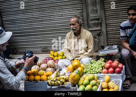 Proveedor del mercado de frutas y verduras que su fotografía tomada por un turista en vieja Delhi, Nueva Delhi, India