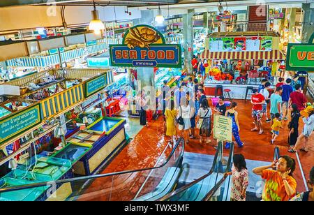 PATONG, Tailandia - Mayo 1, 2019: La esquina de pescados frescos del mercado Banzaan - uno de los más populares de Phuket, bazares, situado en Patong Beach Resort, en M