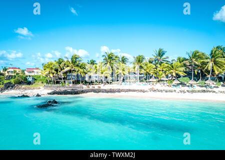 Antena drone ver en complejos de lujo y el litoral en Belle Mare Beach en la isla Mauricio. Imagen de tonos.