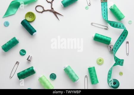 Armadura hecha de hilos de coser y accesorios sobre fondo blanco.