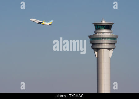Un Boeing 737-700 con aerolíneas regionales, Aire ¿trakes apagado detrás de la torre de control del aeropuerto internacional de Haneda, Tokio, Japón. Viernes 1 de febrero
