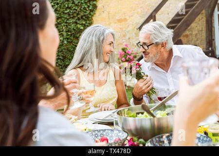 Familia Feliz comiendo juntos en el jardín