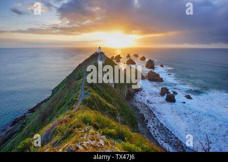 Nueva Zelanda, Isla del Sur, Sur de Ruta Escénica, Catlins, Nugget Point Lighthouse al amanecer.