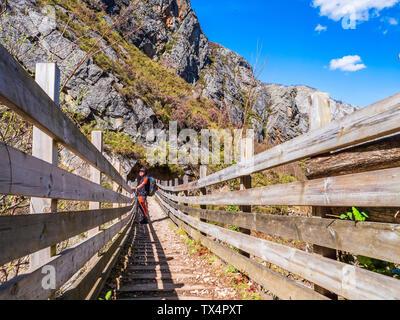 España, Asturias, Cordillera Cantábrica, senior hombre sobre una excursión en un puente permanente