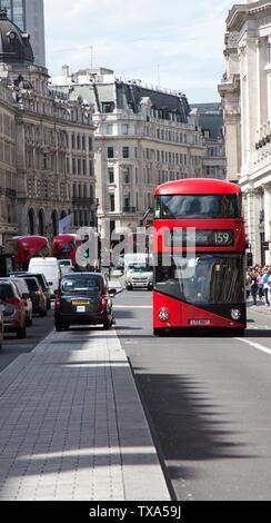 Un autobús londinense rojo y negro de la cabina en una calle de Londres
