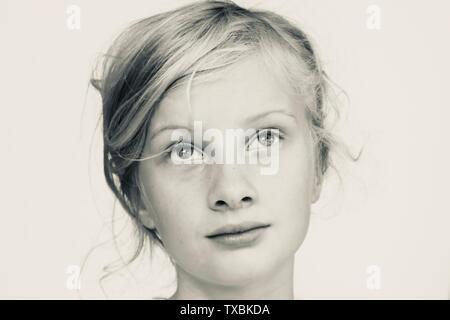 Retrato de una joven que busca algo melancólico en blanco y negro