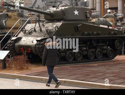 """Una de Corea del Sur camina por un tanque Sherman en exhibición en el Monumento a los caídos en la guerra de Corea en Seúl el 28 de enero de 2013. Corea del Norte dijo la semana pasada que planea llevar a cabo un nuevo ensayo nuclear y más lanzamientos de cohetes de largo alcance, que se dice son parte de una nueva fase de enfrentamiento con los Estados Unidos. Corea del Norte también advirtió de la posibilidad de """"fuertes medidas contra-física"""" contra Corea del Sur si admite el endurecimiento de las sanciones de la ONU. UPI/Stephen afeitadora"""