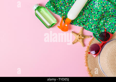 Mujer ropa de verano vista superior sobre fondo de color rosa. Concepto de vacaciones de moda.