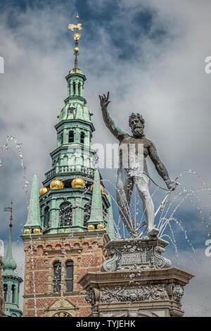 La Neptubne fuente en Castillo de Frederiksborg, que es uno de los castillos más bellos de Dinamarca situado en Hillerod.