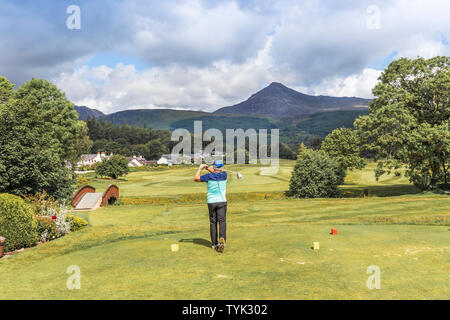 Golfista en el primer tee en Brodick Golf Club, Brodick, la isla de Arran, Escocia, Reino Unido Foto de stock