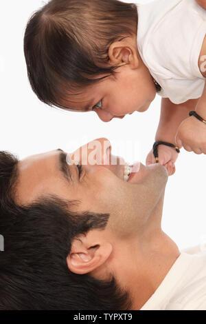 El hombre lleva a su hijo y sonriente