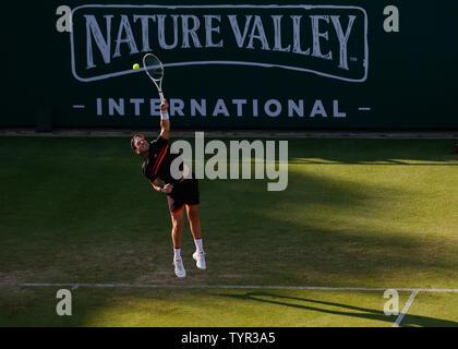 Devonshire Park, Eastbourne, Reino Unido. El 26 de junio, 2019. Nature Valley torneo de tenis internacional; Cameron Norrie (GBR) sirve a Kyle Edmund (GBR) Credit: Además de los deportes de acción/Alamy Live News
