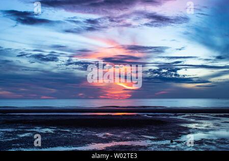 La mañana de la luz del sol en el mar.