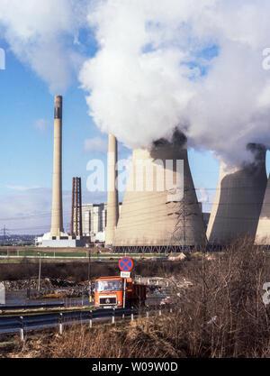 Ferrybridge. West Yorkshire.El Ferrybridge Power Station y la carretera A1. Foto de stock