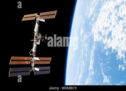 Backdropped por la negrura del espacio y el horizonte de la tierra, la Estación Espacial Internacional es visto desde el Transbordador Espacial Discovery como las dos naves espaciales comienzan su separación relativa. A comienzos de la STS-120 y la expedición 16 tripulaciones concluyó 11 días de trabajo cooperativo, a bordo del transbordador y la estación. Desacoplamiento de las dos naves espaciales se produjo a las 4:32 am (CST) el 5 de noviembre de 2007. (UPI Photo/NASA).