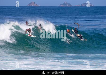 Río de Janeiroi, Brasil - Agosto 13, 2016: amateur surfers divirtiéndose en un día en el oleaje de la playa de Arpoador, Rio de Janeiro.