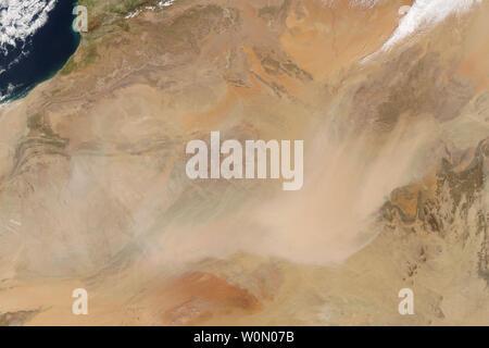 A finales de marzo de 2018, el Norte de África sufrieron un torbellino de arena, con efectos de gran alcance. El polvo del Sahara se propagó por el norte a Europa la semana pasada, recubrimiento pistas de esquí y las ciudades mediterráneas en partículas de color naranja. Aunque a menudo hay cierta cantidad de polvo arrastradas por el viento en el norte de África, la actividad reciente parece recoger (visto por satélite) el 21 de marzo de 2018, cuando el Moderate Resolution Imaging Spectroradiometer (MODIS) a bordo del satélite Terra de la NASA, adquiridos de esta imagen. Incluso para los estándares del desierto interior de África, las tormentas de finales de marzo, han sido intensas. Las escuelas y los aeropuertos