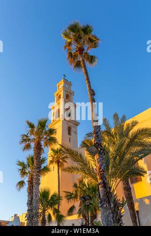 Vista de la Iglesia de San Pedro torre del reloj en la ciudad vieja de Jaffa al atardecer, Tel Aviv, Israel, Oriente Medio