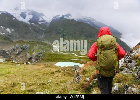 Senderismo - caminante mujer de caminata con mochila vivir el estilo de vida activo y saludable. Caminante chica caminando en alza en la naturaleza del paisaje de montaña en los Alpes, Urner Steingletscher, Berna, Suiza Alpes, Suiza. Foto de stock