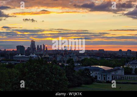 Secuencia de imágenes de una puesta de sol sobre el horizonte de Londres desde Greenwich Park, Inglaterra, Reino Unido