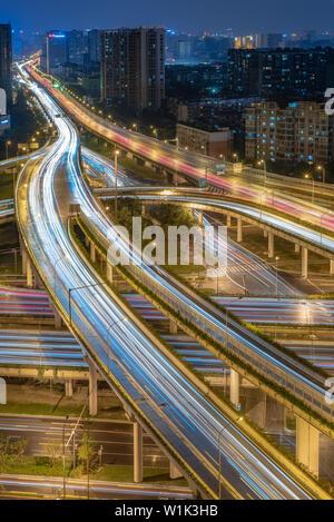 Gran Intercambio con tráfico vista aérea nocturna en Chengdu, China