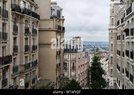 París, Francia - Julio 1, 2017: la arquitectura tradicional de edificios residenciales.