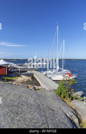 Fejan Skaergårdskrog och konferens por la marina en la isla Fejan, Norte de archipiélago de Estocolmo, Uppland Stockholms County, en el sur de Suecia, Suecia