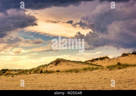 Cloudscape dramático antes de la tormenta en la playa. Majestuosa naturaleza de fondo.