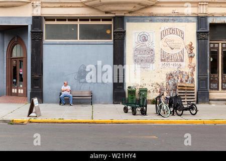 Estados Unidos de América, EE.UU., Washington, Port Townsend, ubicado en 839 WATER ST, 13 de mayo de 2019. La pintura en la pared del edificio de Hastings en el waterfront Foto de stock