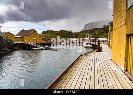 Poblado de Nusfjord harbour,Las Islas Lofoten, Noruega en un tranquilo día de primavera