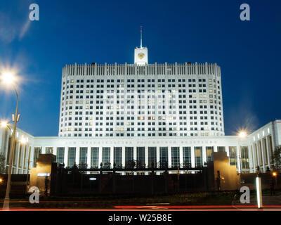 Moscú, Rusia - 30 de abril de 2019. La fachada de la Casa de Gobierno de la Federación de Rusia en la noche. La exposición a largo shot Foto de stock